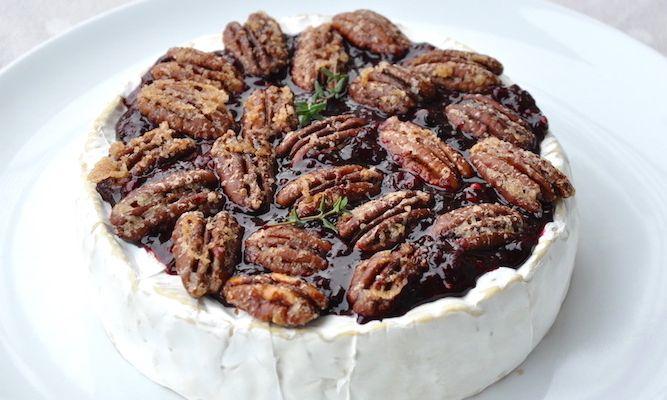 Brie al forno con frutti rossi e noci pecan caramellate