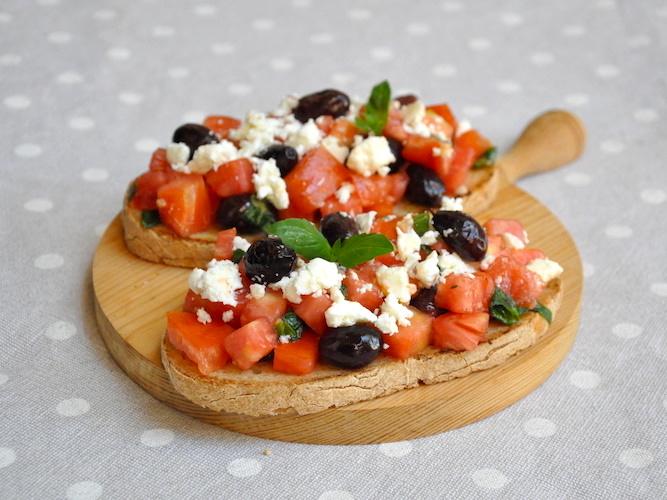 Bruschette senza glutine con pomodori, feta e olive