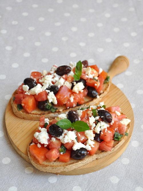 Bruschette con pomodori, feta e olive