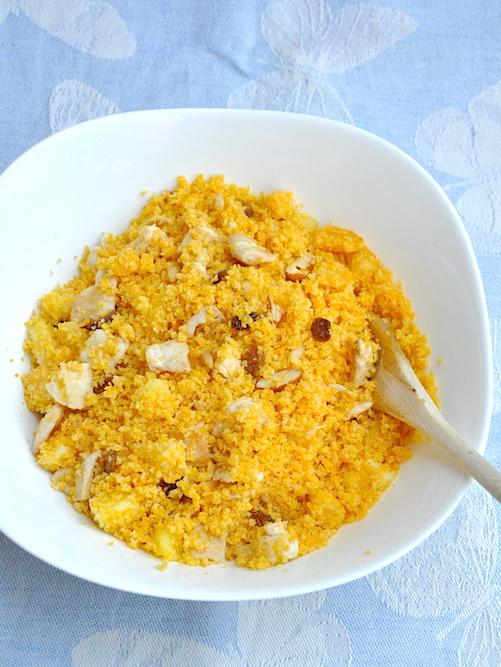 Cous cous dolce con pollo, ananas, pinoli, mandorle e uvetta