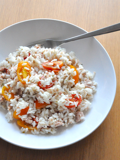 Insalata di riso tonno, pomodorini e semi di girasole
