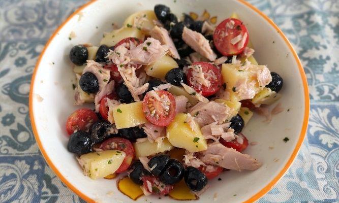 Insalata di tonno, patate, pomodorini e olive nere