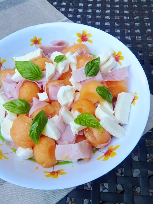 Insalata di melone, prosciutto e mozzarella