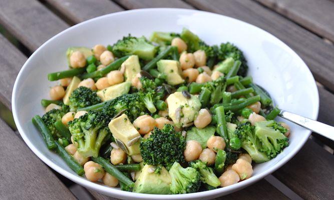 Insalata super verde con ceci, avocado, broccoli, piselli e fagiolini