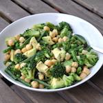 Insalata con ceci, avocado e broccoli