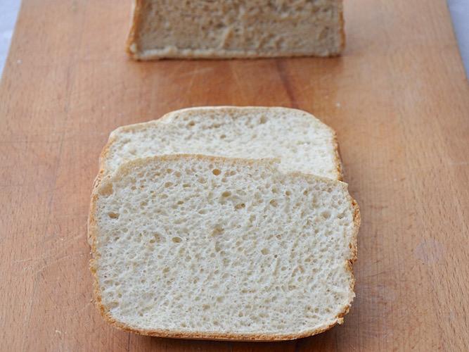 Pane bianco soffice senza glutine con macchina del pane