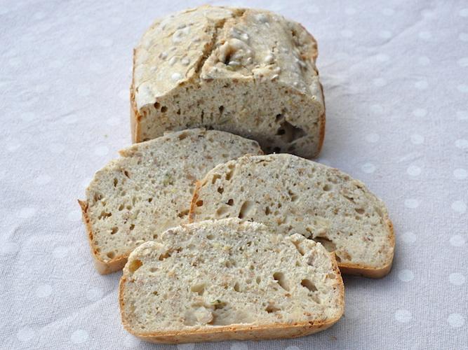 Pane senza glutine ai semi con macchina del pane