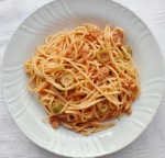 Pasta con sugo al tonno, pomodoro e olive