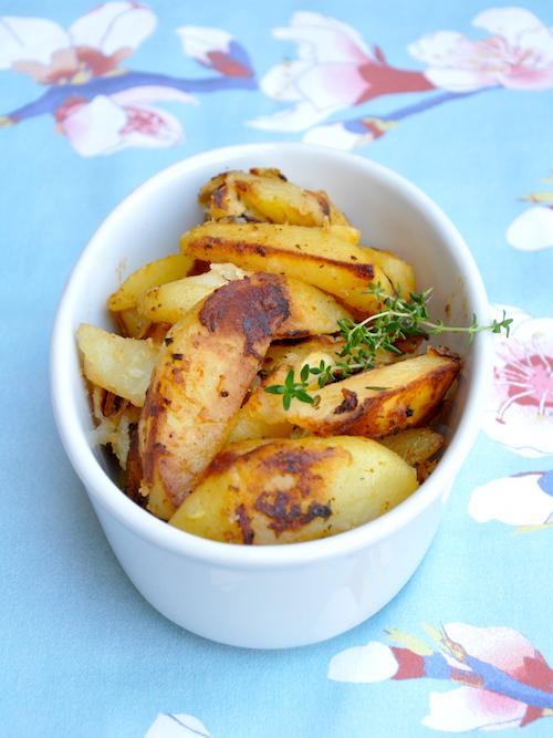 Patate in padella con timo, aglio e pomodoro