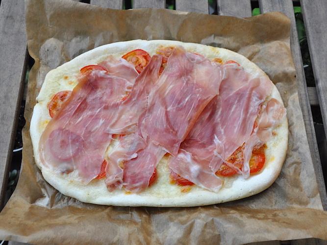 Pizza senza glutine con pomodorini e crudo