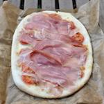 Pizza senza glutine crudo e pomodorini
