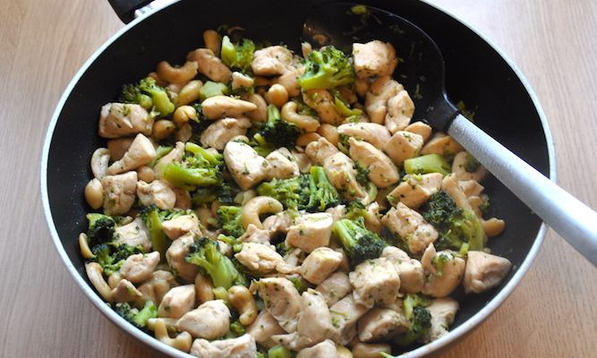 Pollo con broccoli e anacardi