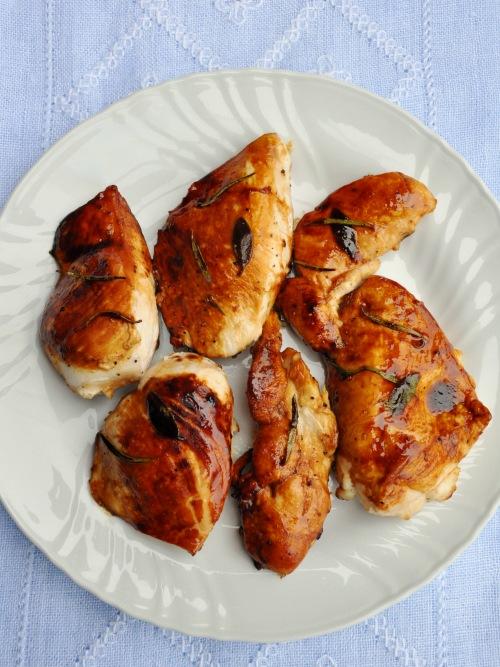 Pollo al miele con limone, salvia e rosmarino