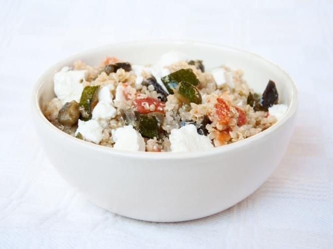 Quinoa con feta, verdure e menta