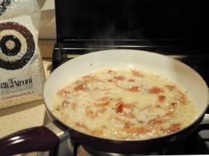 cottura-risotto-cremoso-speck-robiola-rosmarino