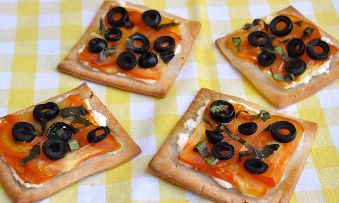 Tartine con ricotta, pomodori e olive nere