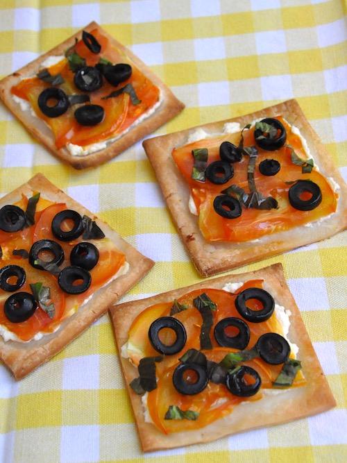 Tartine senza glutine con ricotta, pomodori e olive nere