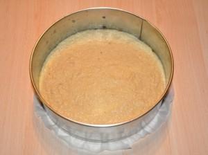 Torta amaretto senza glutine pronta per essere infornata