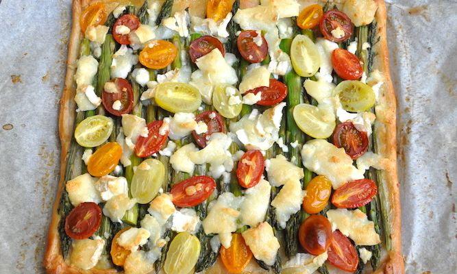 Torta salata con asparagi, pomodorini e caprino