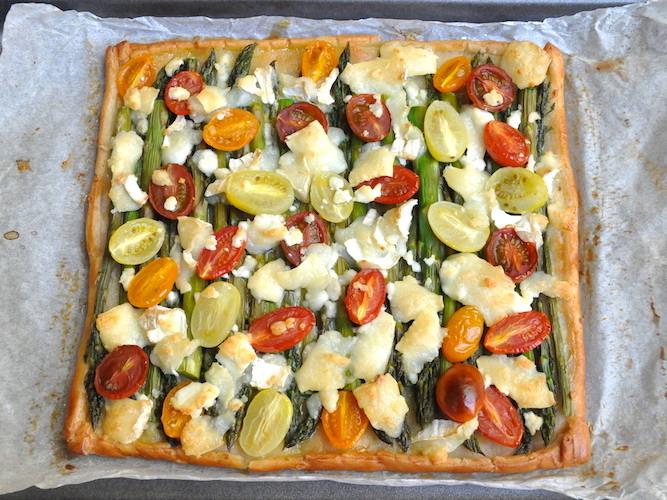 Torta salata con asparagi, pomodorini e formaggio di capra