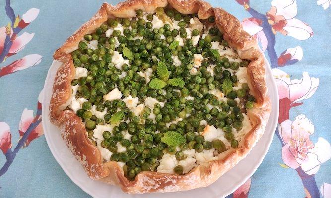 Torta salata senza glutine con feta, zucchine e piselli