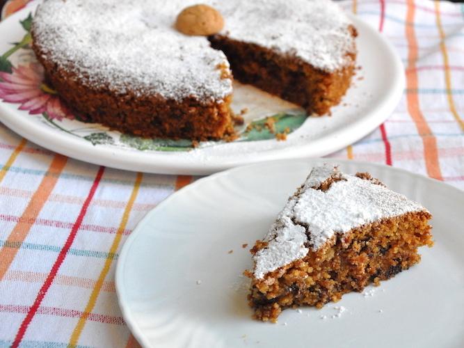 Torta senza glutine con pangrattato, amaretti e cioccolato fondente